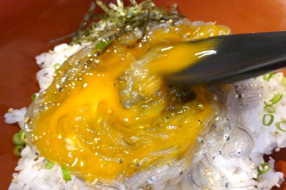 とろける食感!850円で新鮮な「生しらす丼」を楽しめる店が神田に誕生