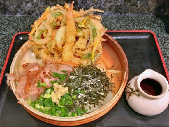 かき揚げがデカい!福岡で人気の味を東京で味わえる行列ができるうどん店