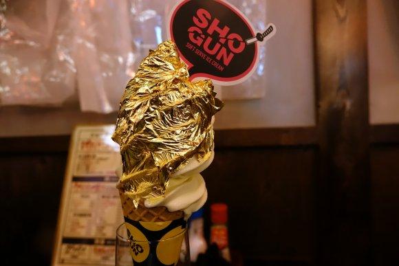 〆は金箔ソフトクリーム! 新鮮ホルモンが100円から楽しめる焼肉店