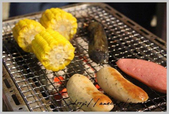 海外気分を満喫!ライトアップされたナイトプールを眺めながら贅沢BBQ