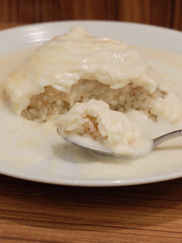 卵からソースまで全て真っ白!オムライスの概念を覆す魅惑の人気メニュー