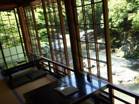 のれんの向こうは別世界!夏の京都で訪れたい癒し空間で名物「瓦そば」を
