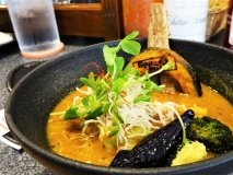 たっぷり野菜をチャージできる!野菜の旨味が詰まった濃厚スープカレー