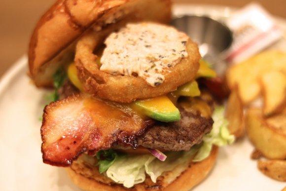 はみ出る肉厚ベーコン!ビーフ100%の絶品バーガー@JRゲートタワー