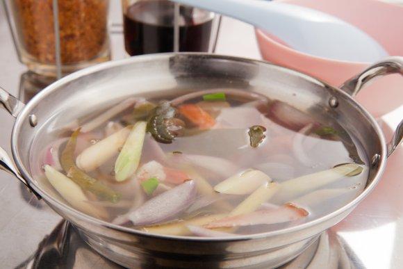 新橋駅近で現地の味を再現!パクチー料理も充実した辛旨タイ屋台飯の新店