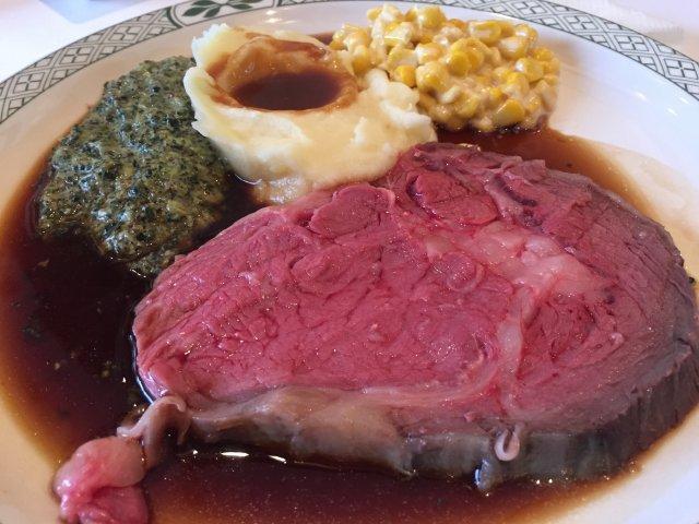 巨大な肉塊を目の前でカット!肉汁溢れるローストビーフランチ