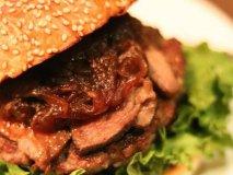 肉×肉!あまりの美味しさに食べる手が止まらない限定バーガーが凄い