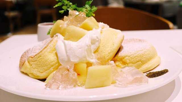 国産白桃たっぷり!今年も「幸せのパンケーキ」に人気限定メニューが登場