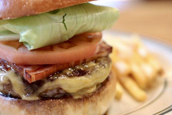 ステーキのようなパティがうまい!新潟の専門店の絶品ハンバーガー!