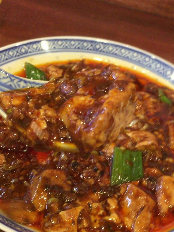 並んででも食べたい!自家製ラー油が香る行列店の絶品「四川麻婆豆腐」