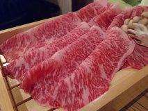 玉子ではなく鯖節の出汁で!霜降りが美しい国産和牛のサーロインすき焼き