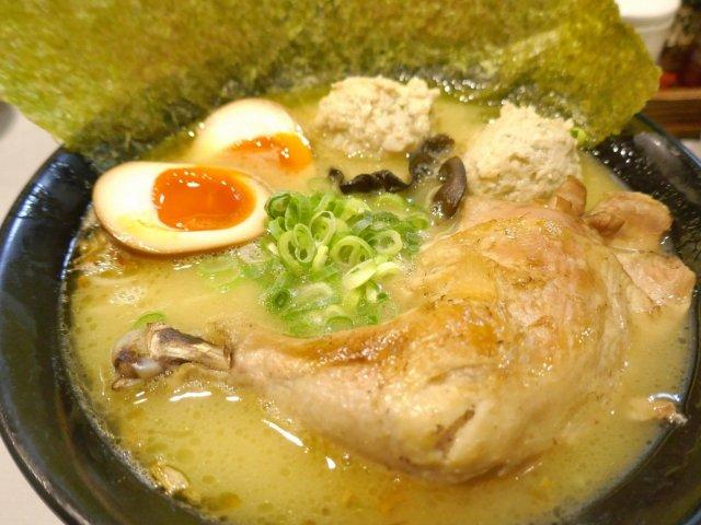 具もスープも鶏鶏鶏!インパクト大の鶏肉がのった「鶏王らーめん」が凄い
