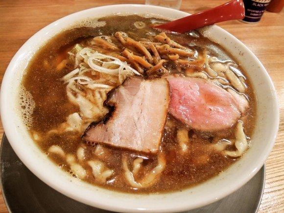 【麺や七彩】注文後に粉から製麺!一度は食べるべき驚きの喜多方らーめん