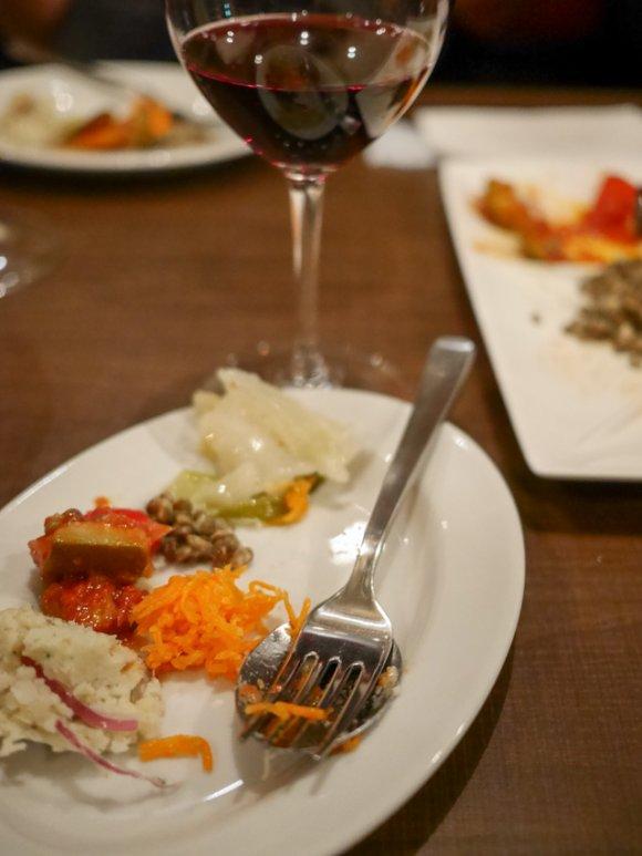 ワイン好きなら訪れたい!炭焼き肉に朝採れ野菜など名物メニューが揃う店