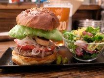 ジューシーなハンバーガーなど肉料理が自慢!クラフトビールも飲める店