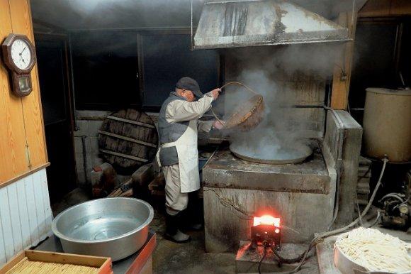マイ箸など持参必須!早朝5時から30分しか食べられない製麺所のうどん