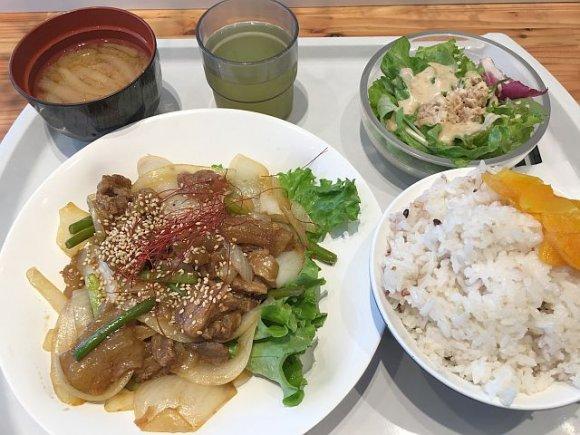 トレーを置けば瞬時に会計!洗練された大人のカフェテリアを新宿で発見!
