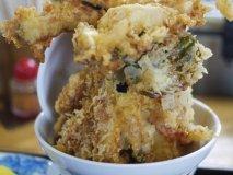 これぞB級グルメの極み!9種類の天ぷらを盛り付けた噂のタワー天丼