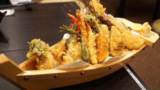 胃袋めがけていざ出航!20種類もの天ぷらがのった豪華すぎる舟盛り
