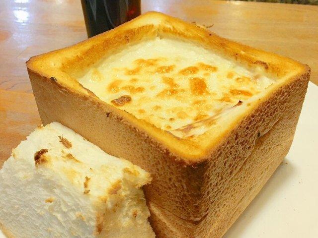 1斤のトーストの中にグラタン!「喫茶デン」のグラパンは食べるべき名物
