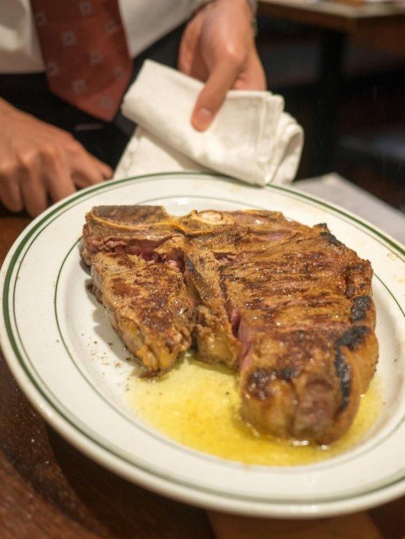 900グラムのTボーンステーキに大満足!ステーキと高級食パンのお店