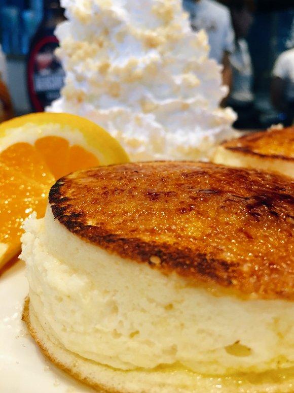 目の前で焼きあがる!表面ぱりぱり・中はふわとろなブリュレパンケーキ