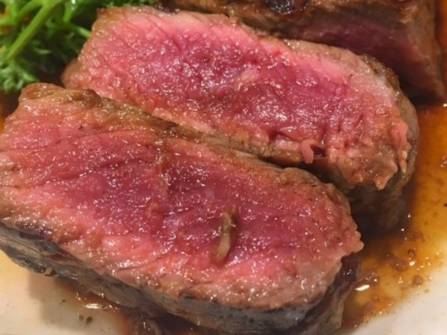 塊肉をワイルドに!昼夜行列が絶えない人気店の厚切りサーロインステーキ