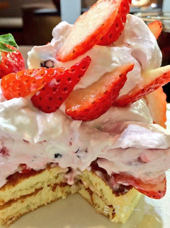 この時期限定!芸術的な苺たっぷりパンケーキは絶対オススメ!