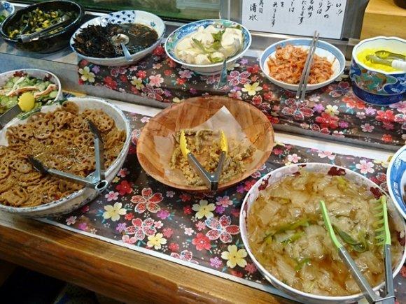 30種以上の惣菜が食べ放題で1000円!メッチャお得な寿司屋ランチ!