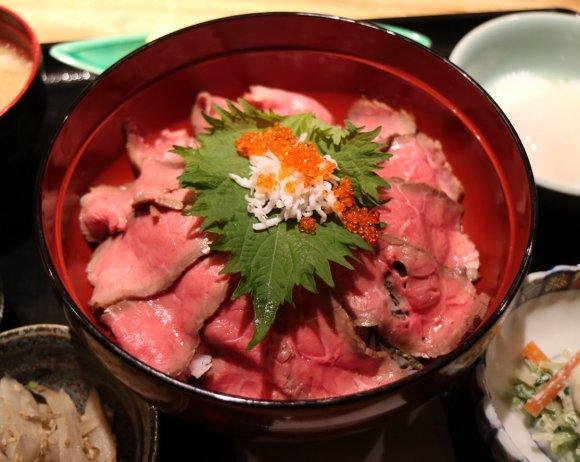 ローストビーフ丼に海鮮丼!美味しい小鉢も充実のコスパ抜群「丼ランチ」