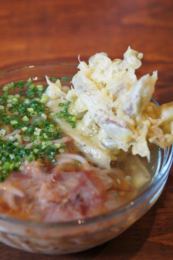 ここでしか食べられない特徴的な麺が魅力!蕎麦の太麺のような「うどん」