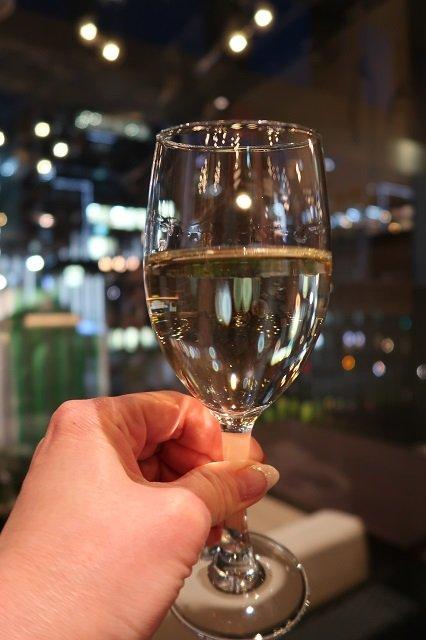 女子会にピッタリ!イタリアワインが21時まで100円で飲めるバル