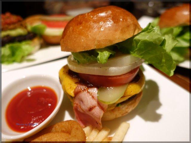東京屈指の名所の麓で楽しめる!ランチタイム限定ハンバーガー