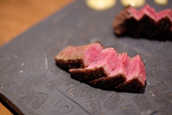 名物の日本一軽い「ふわ焼き」は必食!創作鉄板料理が気軽に味わえる店