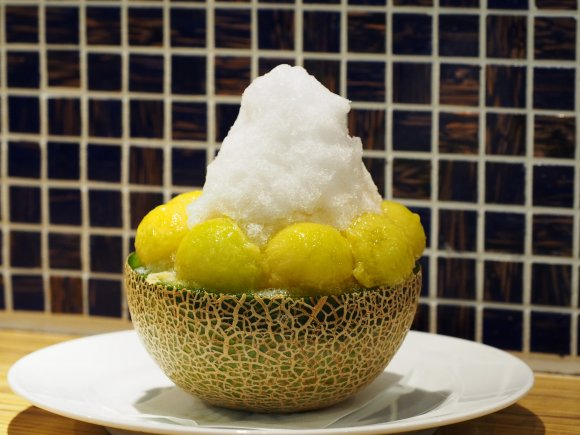 超贅沢!メロンをそのまま器にしたかき氷を大阪梅田で発見!
