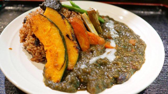 ごろごろ野菜がたっぷり!家では真似できない優しい味の根菜&玄米カレー