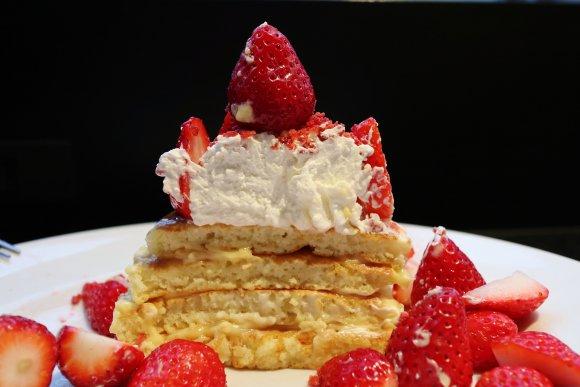 フレッシュいちご300%アップ!衝撃のいちご盛り盛りパンケーキに悶絶