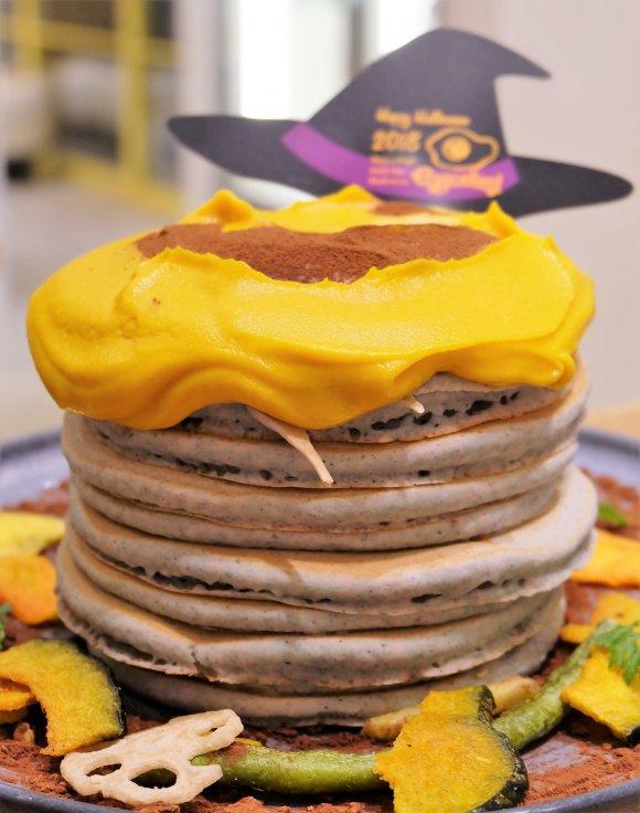 衝撃の10枚重ね!もちもち生地が美味しいハロウィン・タワーパンケーキ