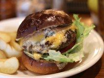 肉の旨みが溢れ出る!朝からハンバーガーが楽しめる新栄町駅チカの新店
