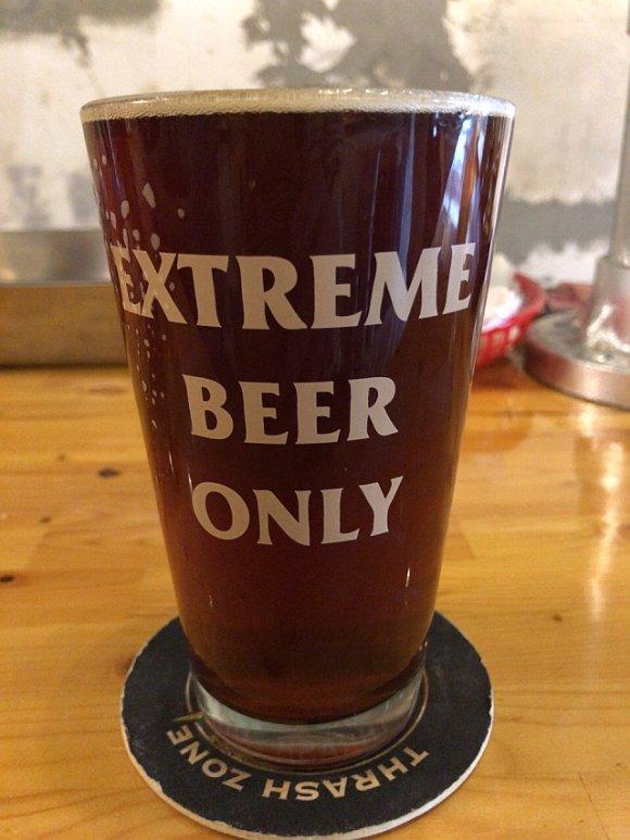 へヴィメタが流れるビアバーで、個性的なクラフトビール&ミートボールを