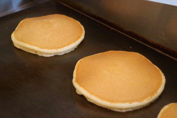 深夜営業もあり!料理も美味しいパティスリーの限定パンケーキ