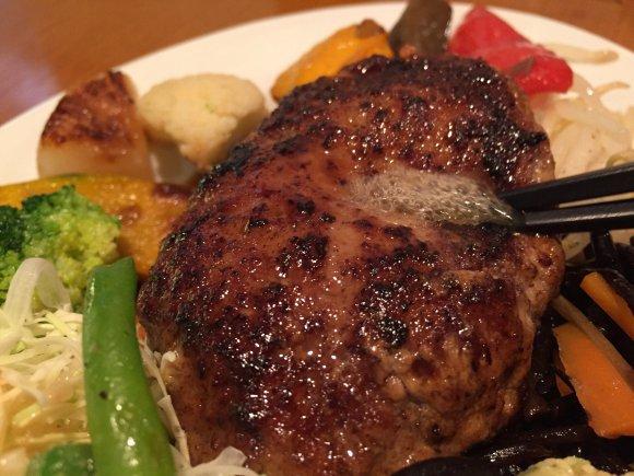 千円でこんなに!?肉汁溢れるハンバーグと超山盛り野菜ランチ