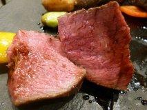 その名も肉汁爆発焼き!厚切り黒毛和牛赤身の溢れる肉汁を堪能