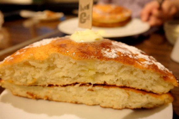ほっかほかの湯気がたまらない!ふわっ・ぷるんな食感の大きなパンケーキ