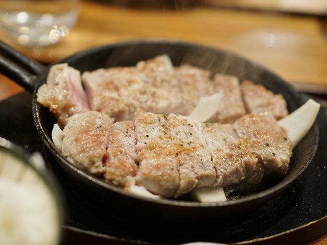 上質な豚肉にご飯が止まらない!メニューは豚のステーキ定食のみの専門店