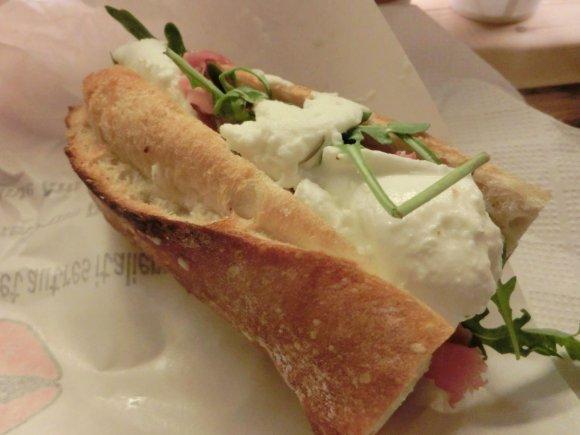 チーズ好き集合!パリの人気モッツァレラサンドイッチ専門店が日本初上陸