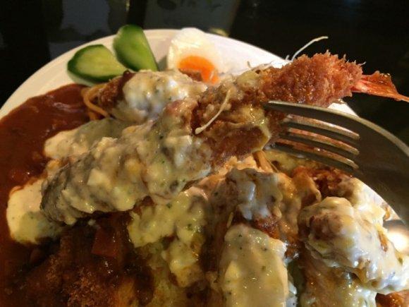 デカ盛りメニューの刺客!美味しく完食できる海老フライ付のトルコライス