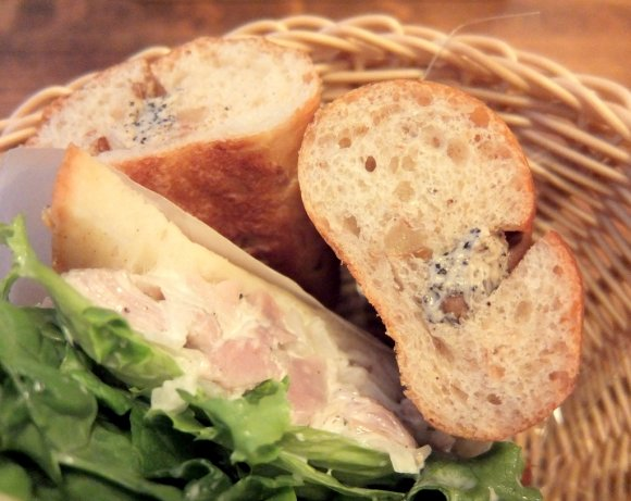 こだわりの自家製パンが食べ放題!相性抜群の料理とワインが楽しめる新店