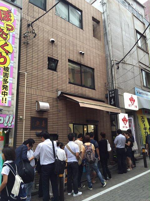 平日でもたちまち行列が!渋谷の街で長く愛され続ける「中華麺」が旨い店
