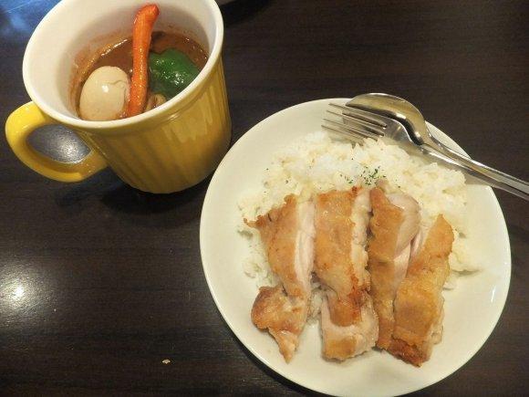 フワッフワでカリカリの別添えチキンが美味しい!濃厚コク旨スープカレー